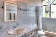Baño de la habitación principal con terraza de Areito Del Mar, apartamentos en Las Terrenas, Playa Las Ballenas