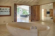 Vista del baño del dormitorio principal de la Villa del Mar, frente al mar