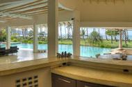 Vista del bar de la cocina en la sala principal de la Villa del Mar, frente al mar