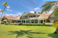 Vista exterior de la Villa del Mar, lado jardín y playa