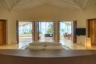 Vista de la habitación principal con su terraza de la Villa del Mar, frente al mar