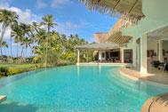 Vista exterior de la piscina de la Villa del Mar, lado jardín y playa