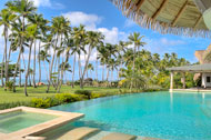 Vista exterior de la piscina y del jacuzzi de la Villa del Mar, lado jardín y playa