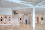 Vista de la sala principal con su escalera para la habitación principal de la Villa del Mar, frente al mar