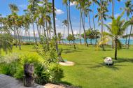Vista exterior de la piscina y de la playa de la Villa del Mar, lado jardín y playa